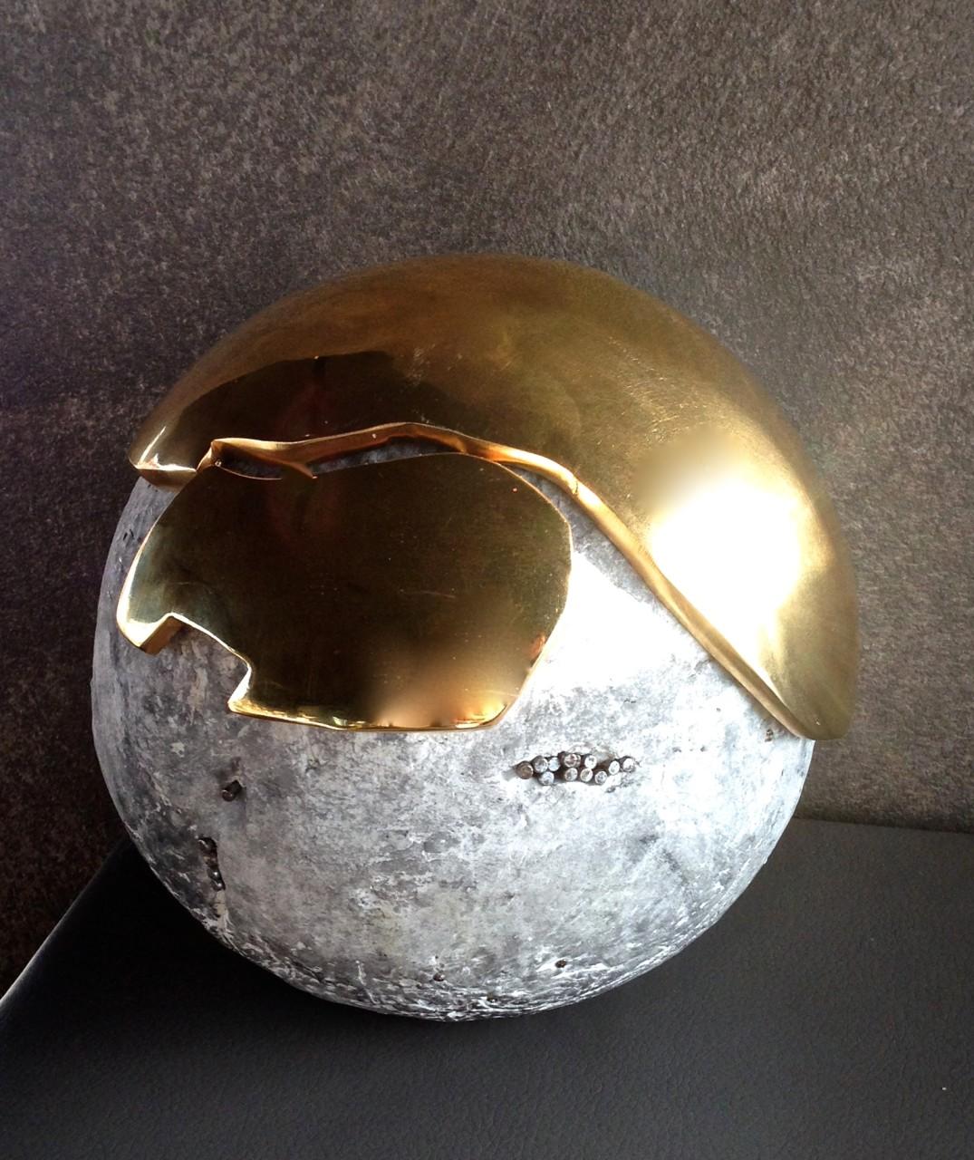 Fusione acciaio placcato in oro 24k e cemento fotocatalitico,diametro 15 cm.