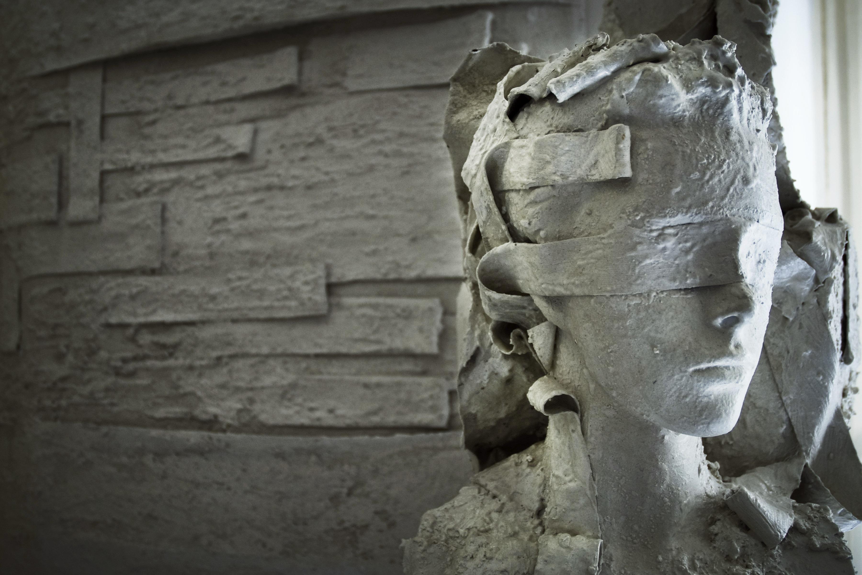 tela e cemento arte materica  della scultura di Edy gree artista contemporanea taormina sicilia bergamo